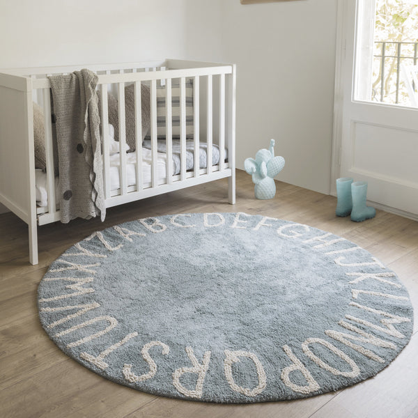 From A to Z… With the Round ABC collection from Lorena Canals, you can decorate your children's room with a modern and elegant style! 100% cotton, round and machine-washable (conventional washing machine with 6 kg capacity), its design and neutral colour is a hit among boys and girls.