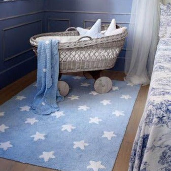 Complete your child's room with this brightly coloured Lorena Canals star rug. White stars on a blue background, a classic design that you will always love and that suits the decor of any child's room. Machine-washable. Handmade by artisans. Only natural dyes are used so it is safe. 100% cotton, so it is light, soft and flexible.