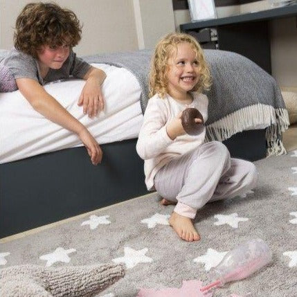 Complete your child's room with this brightly coloured Lorena Canals star rug. White stars on a grey background, a classic design that you will always love and that suits the decor of any child's room. Machine-washable. Handmade by artisans. Only natural dyes are used so it is safe. 100% cotton, so it is light, soft and flexible.