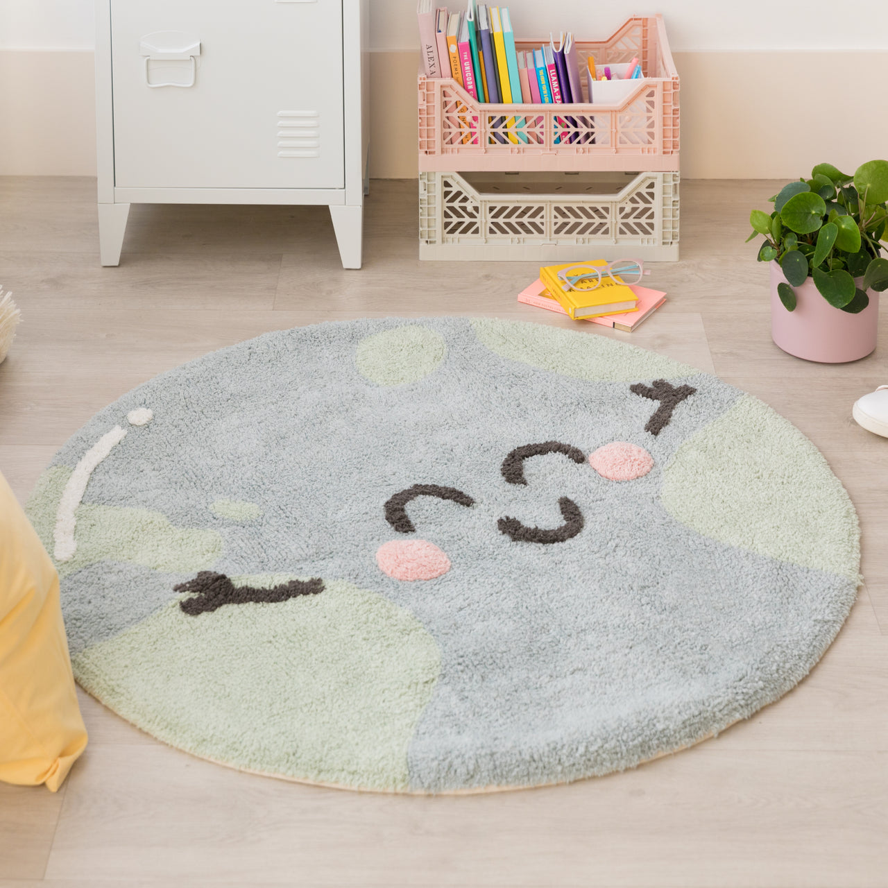 This friendly, smiling Earth rug from Lorena Canals is a cute reminder that we must take care of our planet and enviroment. With this beautiful Rug, you can decorate your children's room with a modern and elegant style! 97% cotton, 3 % other fibres, round and machine-washable (conventional washing machine with 6 kg capacity), its design and neutral colours is a hit among the boys and girls.