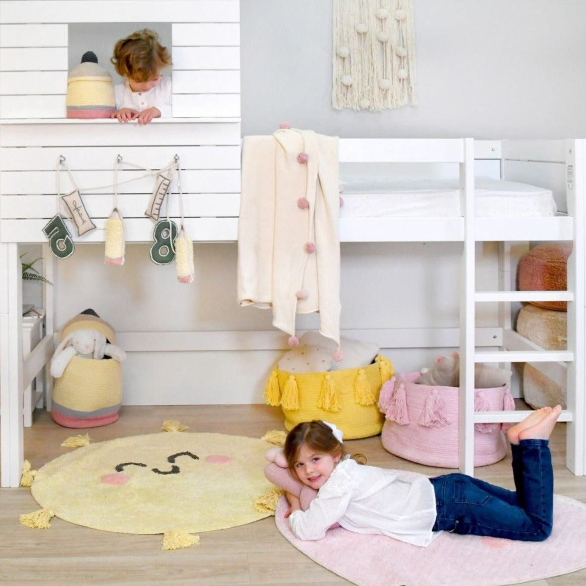 This smiling sunshine rug brings positive vibes to any kid's room to wake up every morning in good spirits! With this beautiful rug from Lorena Canals, you can decorate your children's room with a modern and elegant style! 97% cotton, 3% other fibres, round and machine-washable (conventional washing machine with 6kg capacity), its design and neutral colour is a hit among boys and girls.