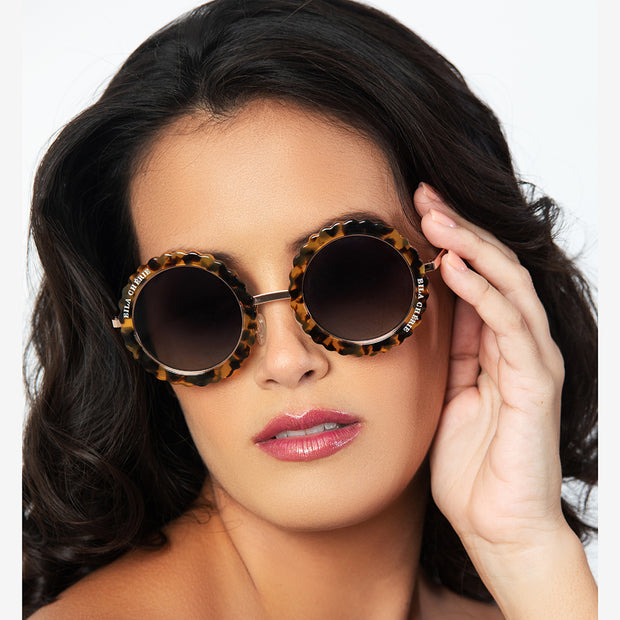 Eila Chérie Honey tortoise round sunglasses on woman