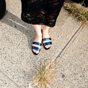 7519B LEATHER BAND FLAT SANDALS, METALLIC NAVY