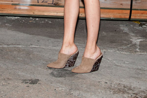 K604 SUEDE WEDGE CLOGS, MOCHA/GREY LEO