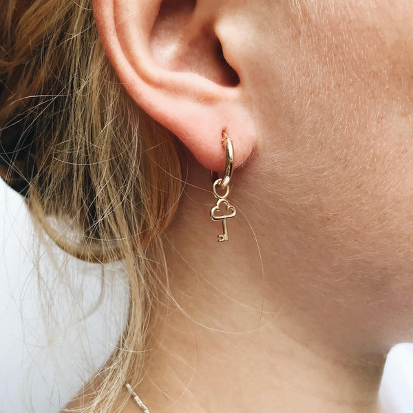 Small hoop earrings in gold ||  Boucles d'oreilles créoles petites en or