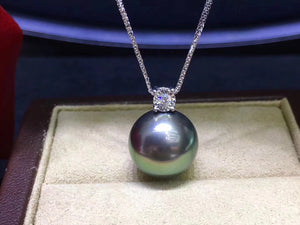 Top Quality Tahitian Black Pearl Floating Pendant in 18k Gold and Diamond (8-9mm)