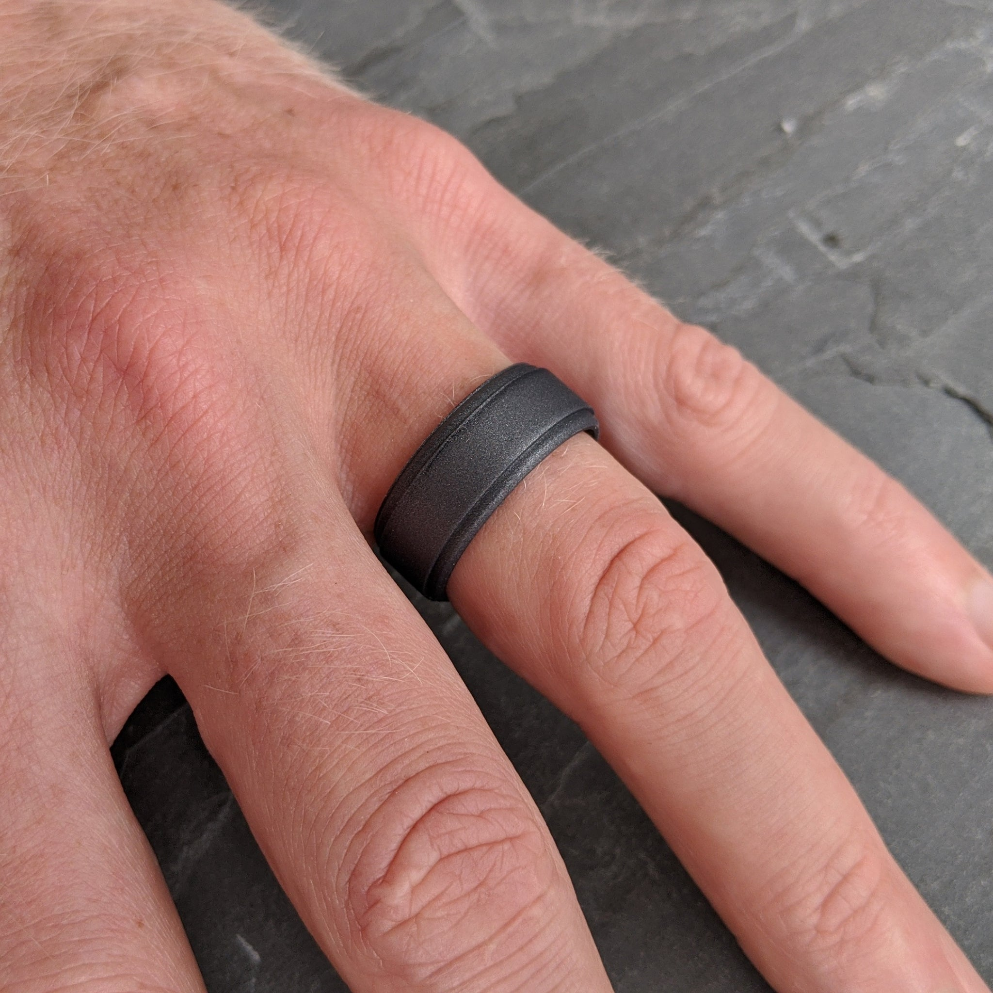 Dark Silver Step Edge Silicone Ring Man