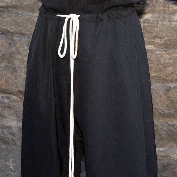 YUIKI SHIMOJI UNISEX DRAWSTRING PLEATED TROUSERS BLACK - DOSHABURI Shop