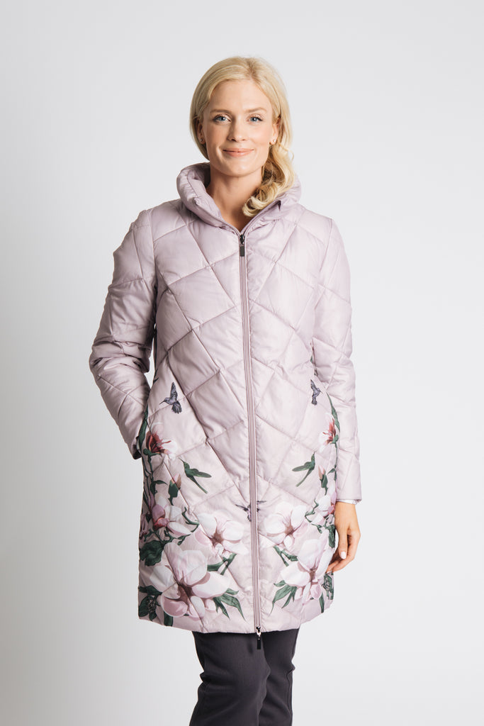 LONG PADDED COAT WITH LARGE SCALE DIAMOND QUILT. wITH PLACEMENT PRINT