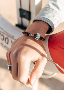 Oakland - Season two Palm anchor bracelet with brown leather. On a model.