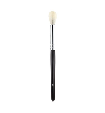This fluffy QE14 blending brush has been designed to seamlessly blend product around the eye area. Use this brush to soften the intensity of an eye shadow or even to apply highlight to the brow bone.