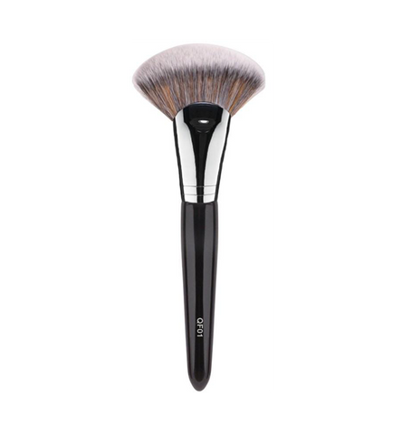 This unique fan shaped QF01 brush is ideal for sculpting the face. Use with bronzer for contouring and enhance your cheekbones with highlighting products.