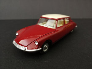 Dinky Toys 530 DS 19 Citroen model car, red, 45 degree view.