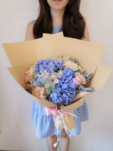 Fleuriste bouquet flowers blue hydrangea rustic kraft paper roses romantic blush enchanted garden