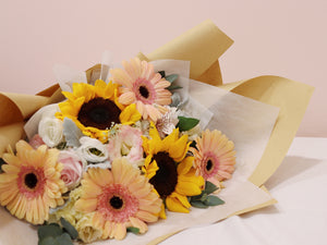 Fleuriste bouquet flowers sunny day sunflowers daisies yellow bright roses kraft paper cheerful congratulatory congratulations