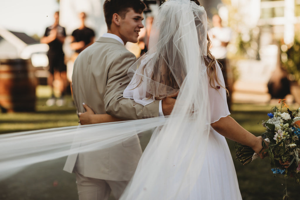 How to Wear a Long Wedding Veil for your Outdoor Ceremony