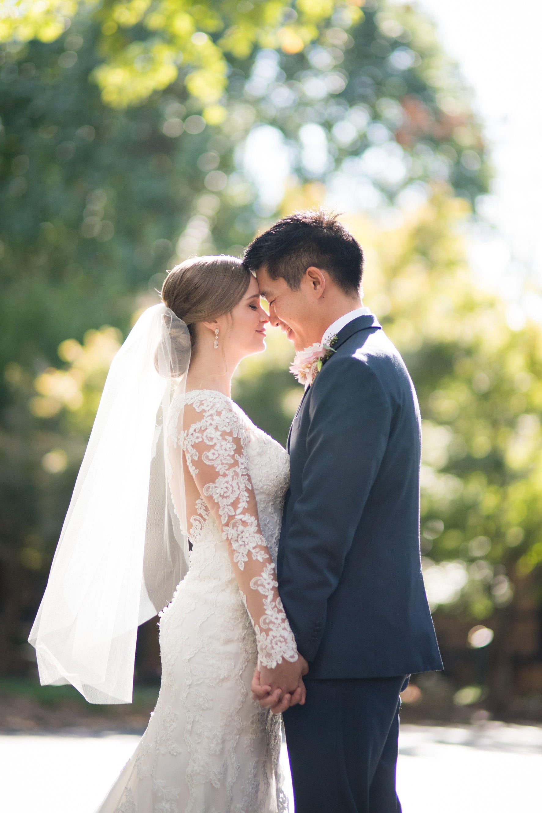 Vintage Rustic Outdoor Wedding: Simple veil and Lace Dress