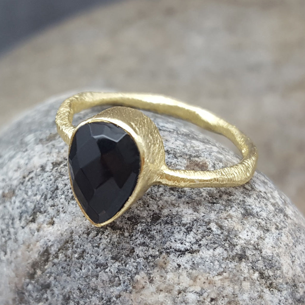 BLACK ONYX GOTA DE ORO GOLD RING