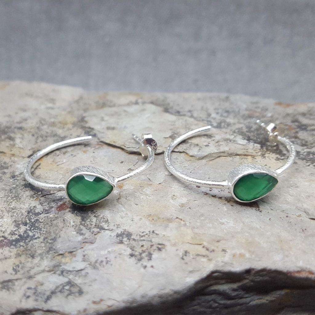GREEN ONYX GOTA DE ORO SILVER HOOP EARRINGS