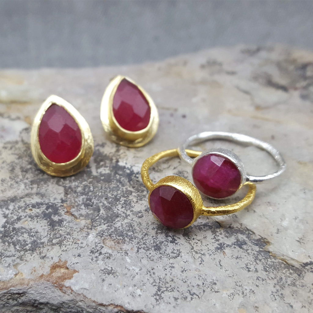 RAIN DROPS RUBY GOLD STUD EARRINGS