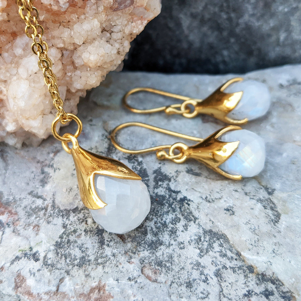 JEWELLERY SET. TULY MOONSTONE GOLD NECKLACE PLUS EARRINGS