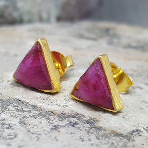 ARROW RUBY GOLD STUD EARRINGS