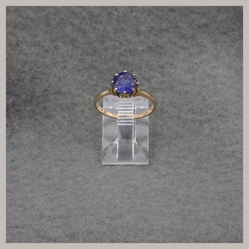 Round Iolite and Gold Ring
