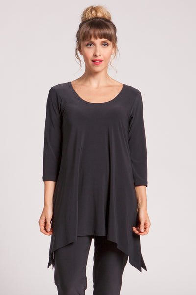Reversible tunic with a vertical seam on one side and a low round neck on the other. Flared body with arced hemline, side slits and 3/4 sleeves.