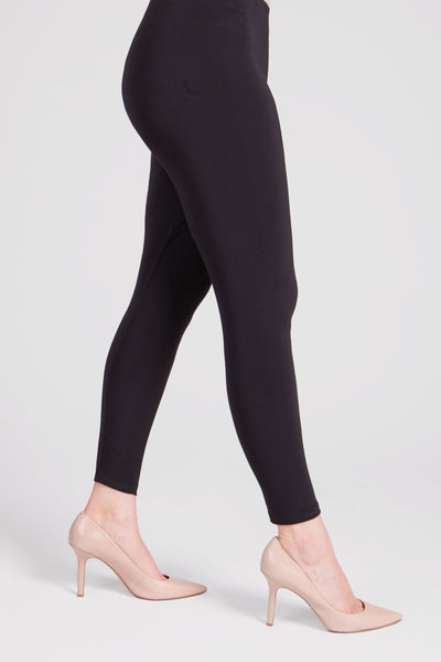 Ankle length, basic legging that provides optimal coverage. Features a narrow waistband and smooth front.