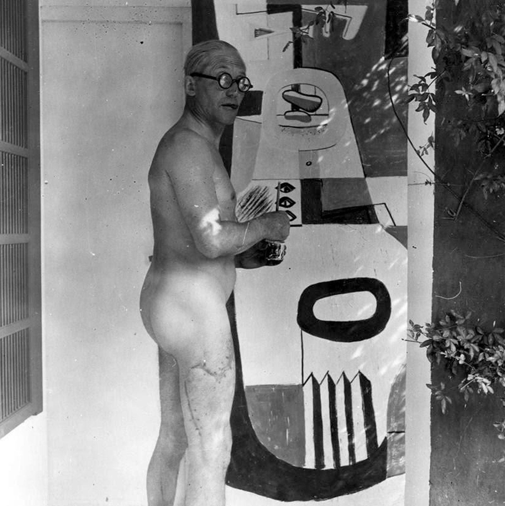 Le Corbusier vandalizing Eileen Gray's E-1027 with mural nude