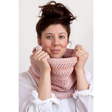 Woman wearing the Fresa Cowl