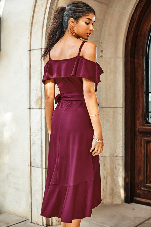 Rotes Ruffle Kaltes Schulter-Kleid