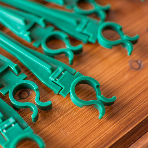 String Light Clips, Outdoor Stakes, Green, 500 Pack