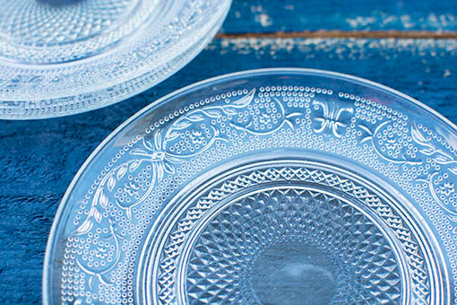 Intricate designs circle round the fruit plate for a vintage chic appearance.