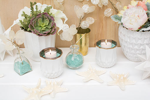 Design a sea worthy table with the eye-catching color of our turquoise vase filler. Arrange clear glass bud vases with this sand and add silver dollar sprays, starfish, faceted candle holders, geometric planter pots and gold toned bud vases.