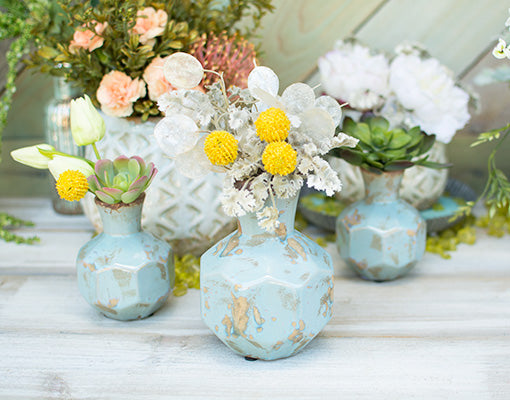Fill this vase with silver dollar sprays, parsley sprigs and billy buttons for your wedding centerpieces. Add our light blue vases, green table scatter and succulents for a fresh addition to the display.