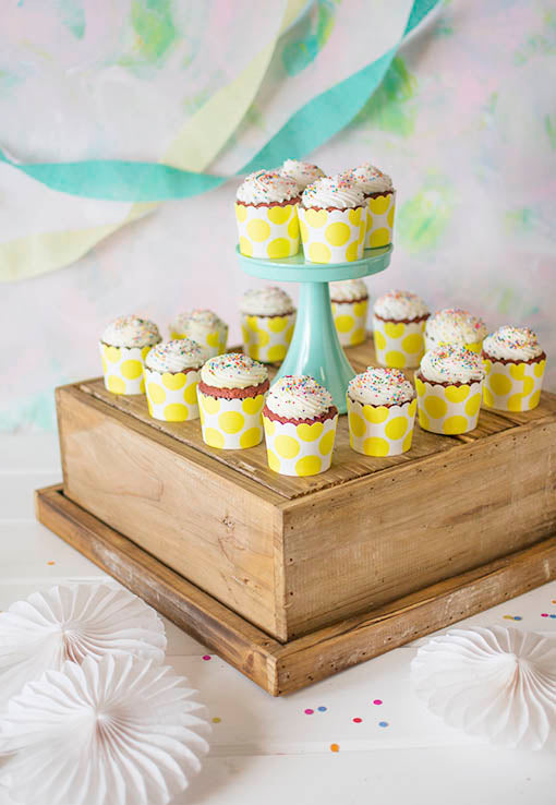 Arrange a cupcake display on this natural wood box with our cake and dessert stand set. Find the perfect match for your event with our cake and candy displays!