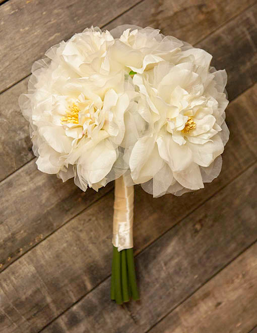 This 13 inch tall flower set consists of 6 white rose blooms and organza that is wrapped at the stems with an ivory ribbon.