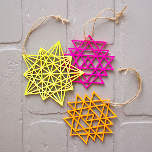 The set includes 2 ornaments in each color and 2 types of geometric designs.