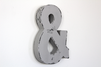 Grey ampersand letter.