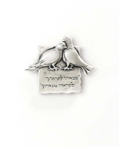 Two peagons magnet with a saying of consideration for others.  Length: 5 cm  Width: 4 cm