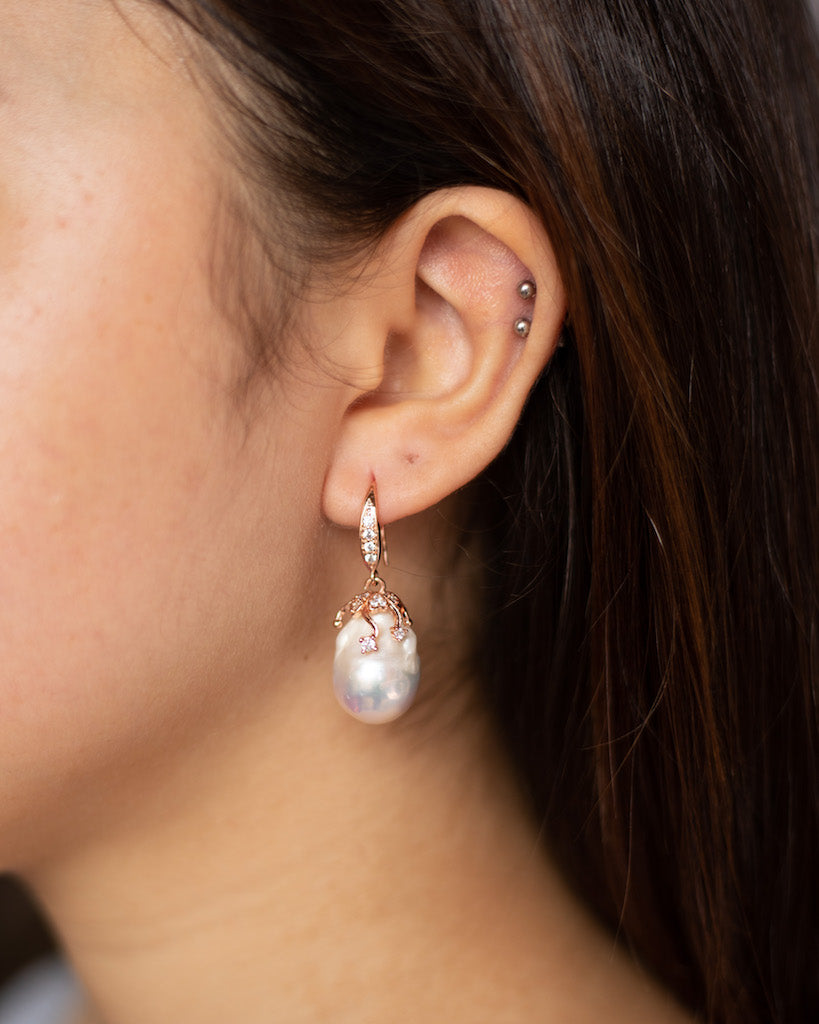 CLASSIC WHITE BAROQUE EARRINGS WITH GOLD HOOK