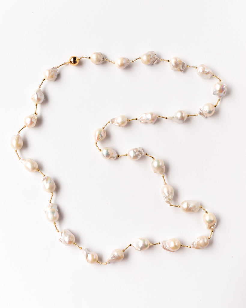 CLASSIC WHITE BAROQUE NECKLACE WITH GOLD WIRE