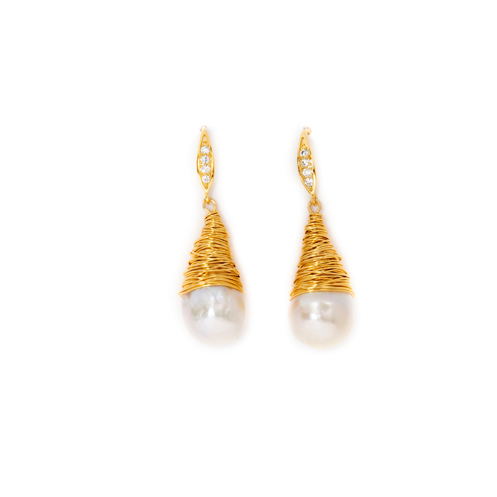 WHITE BAROQUE EARRINGS IN GOLD WIRE