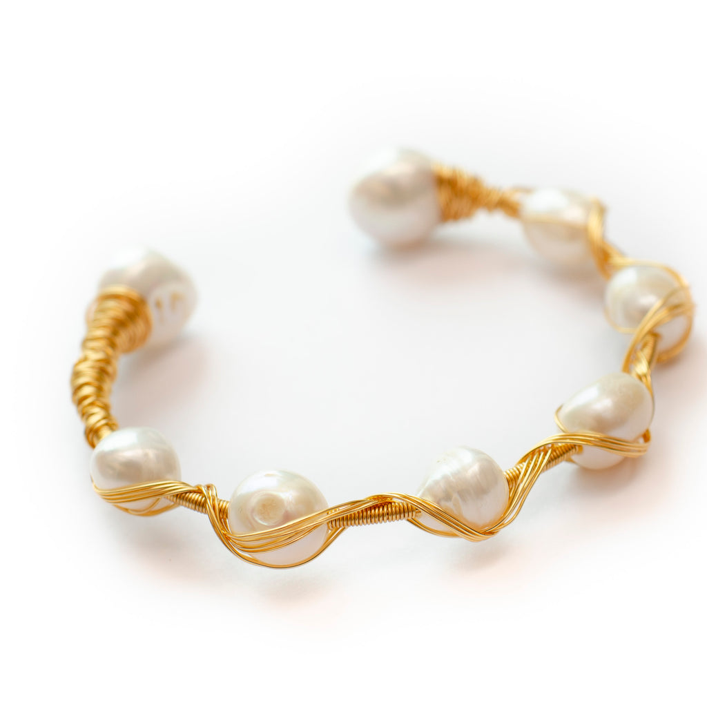 GOLD WIRE BANGLE WITH WHITE PEARL