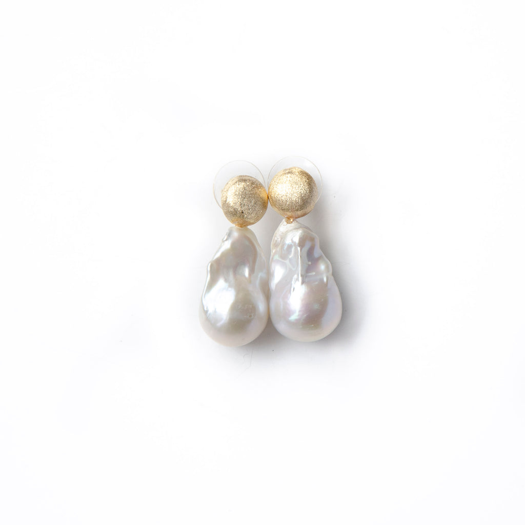WHITE BAROQUE EARRINGS WITH GOLD POST