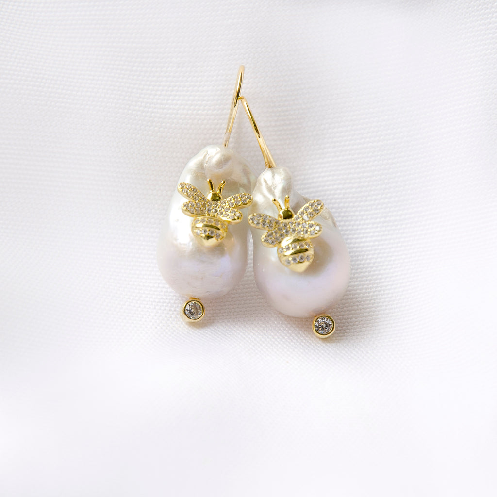 CLASSIC WHITE BAROQUE EARRINGSWITH GOLD BEE