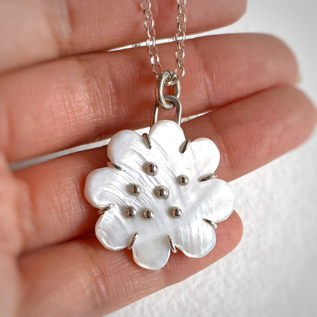 Mother of Pearl Daisy Flower necklace