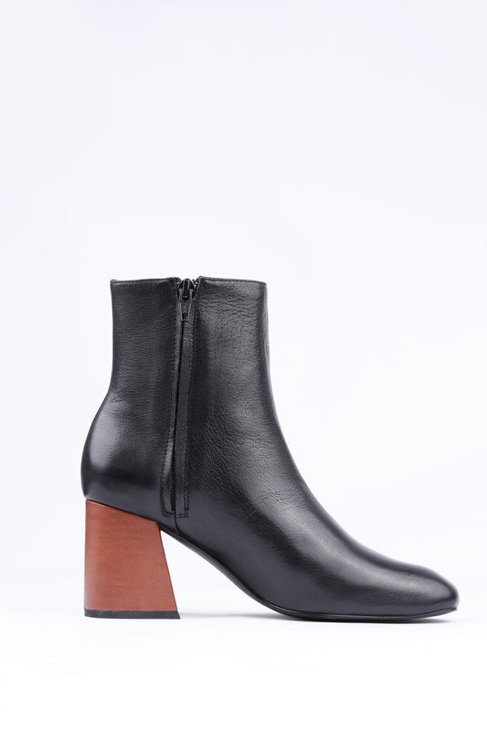 Ankle boot MS STEINEM boot from Swedish shoe brand ANNY NORD made in super soft black calf leather with contrasting cognac color heel. (Inside side view)