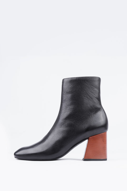 MS STEINEM boot from Swedish shoe brand ANNY NORD made in super soft black calf leather with contrasting cognac color heel. (Outside side view)